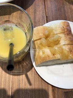 アップルパンとオレンジジュースの写真・画像素材[766805]