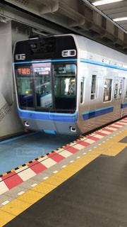 電車の駅で座っている人の写真・画像素材[1201289]