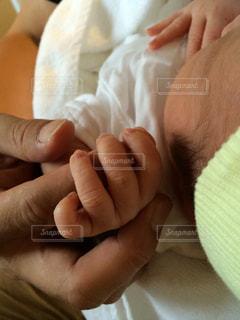 赤ちゃんの手と父の手の写真・画像素材[760322]