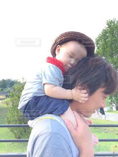 パパの肩車のまま寝る息子の写真・画像素材[760324]