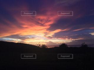 夕焼け空に浮かぶ雲の写真・画像素材[989416]