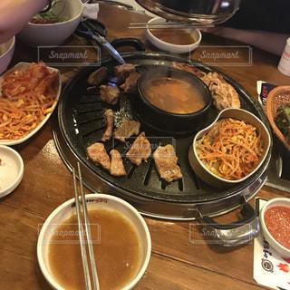 テーブルの上に食べ物のボウルの写真・画像素材[1007952]