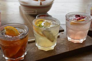 コーヒー カップの横にあるオレンジ ジュースのガラス - No.764701