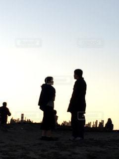 日没の前に立っている人々 のグループ - No.760624