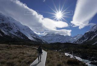 雪に覆われた山に立つ男 - No.783638