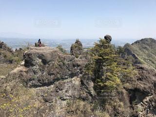 岩が多い丘の上の人々 のグループの写真・画像素材[783650]