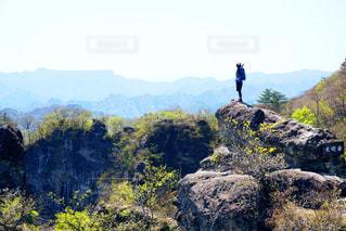 岩が多い丘の上に立っている人の写真・画像素材[783652]