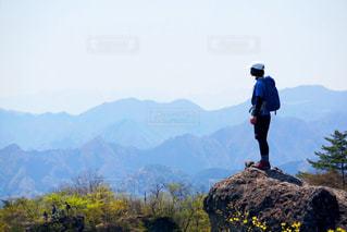 山の前に立っている男の写真・画像素材[783653]