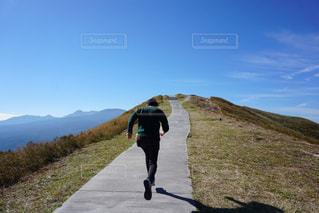 丘の上を歩く男の写真・画像素材[851894]