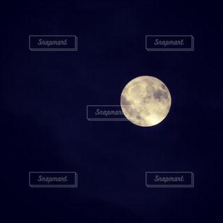 近く暗闇の中月のアップの写真・画像素材[788866]