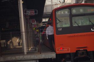 電車は建物の脇に駐車します。の写真・画像素材[763380]