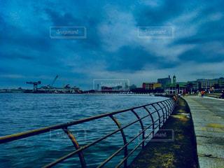 近くに水の体の横に桟橋のアップ - No.762147