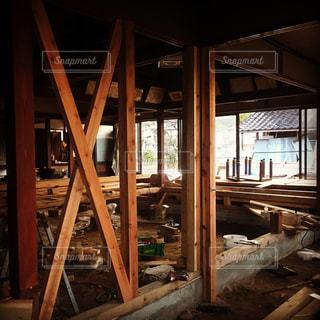 部屋に木製の橋の写真・画像素材[762170]