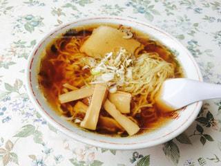 白いプレートにスープのボウルの写真・画像素材[762350]