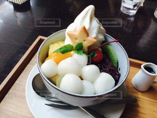 テーブルの上の皿の上に食べ物のボウルの写真・画像素材[762521]