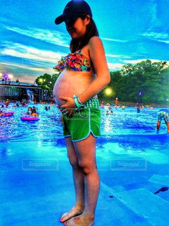 水のプールに立っている女性の写真・画像素材[762449]