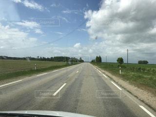 大草原をドライブの写真・画像素材[762361]