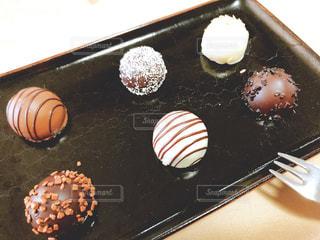 お皿に並んだトリュフチョコレートの写真・画像素材[2868074]