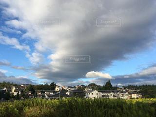 大きな雲と小さなお家の写真・画像素材[800150]