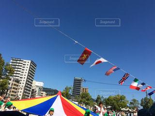 風にたなびく都会の運動会の写真・画像素材[816812]