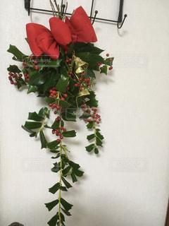 クリスマスのドアスプレー アレンジメントの写真・画像素材[942202]