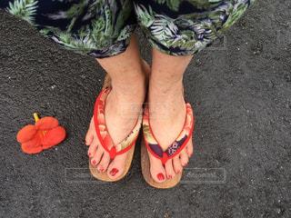 夏は素足で赤い鼻緒の草履を履いて散歩に出かけますの写真・画像素材[1275422]