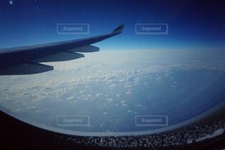 空を飛んでいる飛行機のビューの写真・画像素材[764404]