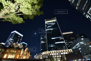夜のライトアップされた街の写真・画像素材[774956]