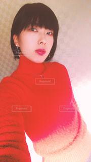 赤いシャツを着ている女性 - No.961402