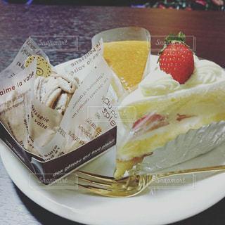 皿の上のケーキの一部の写真・画像素材[764514]