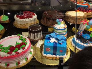 誕生日ケーキを持つテーブルの写真・画像素材[764285]
