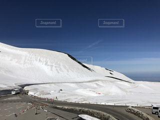 雪をスノーボードに乗る男覆われた斜面の写真・画像素材[769158]