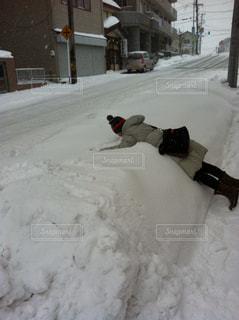 雪にダイブの写真・画像素材[764635]