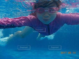 プールで泳ぐ娘の写真・画像素材[824548]