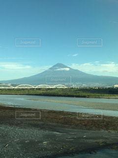 背景の山と水体の写真・画像素材[843837]