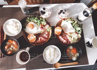 板の上に食べ物の写真・画像素材[1679037]