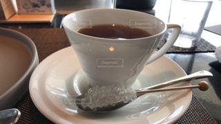 テーブルの上で紅茶を一杯飲むの写真・画像素材[2286672]