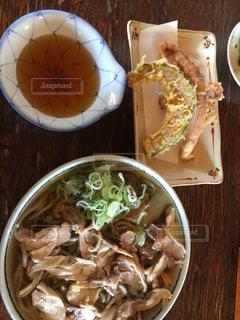 テーブルの上に食べ物のボウル - No.773449