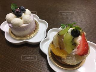 ブルーベリーチーズケーキとフルーツタルトの写真・画像素材[1625822]