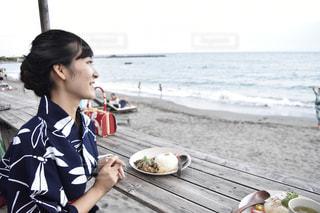 ビーチに座っている女性の写真・画像素材[767276]