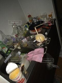雑然とした女性のゴミ屋敷の写真・画像素材[3332382]
