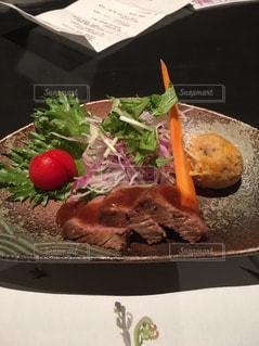テーブルの上に食べ物のプレートの写真・画像素材[767981]