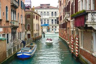 都市の川を下る旅ボートの写真・画像素材[790863]