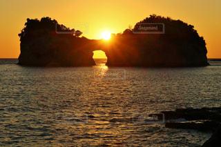 円月島に沈む夕日の写真・画像素材[797961]