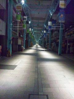 建物の前に空の歩道の写真・画像素材[768068]