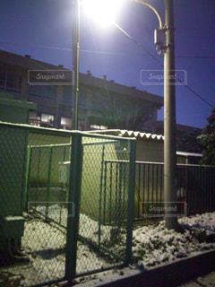 フェンスの側に署名しているポールの写真・画像素材[773657]