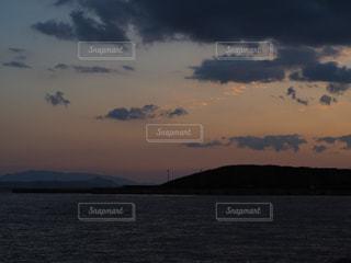 水の体に沈む夕日の写真・画像素材[768314]