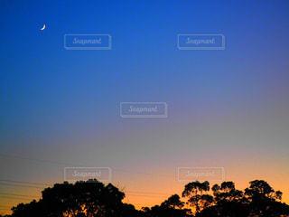 街に沈む夕日の写真・画像素材[768316]