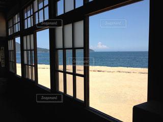 窓から見える海の写真・画像素材[770678]