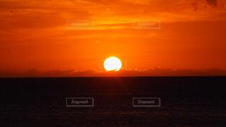 水の体に沈む夕日 - No.769090